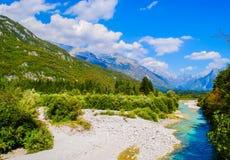 Bello paesaggio delle montagne e fiume di estate Fotografie Stock Libere da Diritti