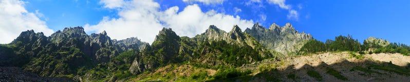 Bello paesaggio delle montagne svan fotografia stock