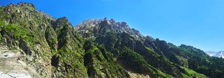 Bello paesaggio delle montagne svan fotografie stock