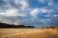 Bello paesaggio di alba di estate sopra la spiaggia sabbiosa gialla fotografia stock