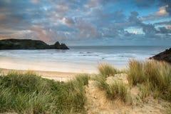Bello paesaggio di alba di estate sopra la spiaggia sabbiosa gialla Fotografie Stock