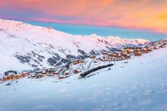 Bello paesaggio di alba di inverno, stazione sciistica famosa con le case di legno alpine tipiche in alpi francesi, Les Menuires, fotografie stock
