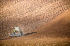Bello paesaggio di autunno con il trattore funzionante in Moravia del sud, repubblica Ceca Comcept di agricoltura Ceco Toscana Wa Fotografia Stock