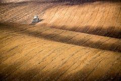 Bello paesaggio di autunno con il trattore funzionante in Moravia del sud, repubblica Ceca Comcept di agricoltura Ceco Toscana Wa fotografie stock libere da diritti