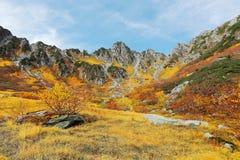 Bello paesaggio di autunno di Senjojiki Cirque con i picchi irregolari nei precedenti Fotografia Stock Libera da Diritti