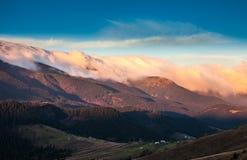 Bello paesaggio di autunno in montagne Karpaty nella foresta Fotografie Stock