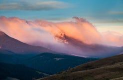 Bello paesaggio di autunno in montagne Karpaty nella foresta Fotografia Stock Libera da Diritti