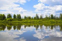 Bello paesaggio di estate con la riflessione delle nuvole nel rive Fotografia Stock Libera da Diritti