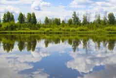 Bello paesaggio di estate con la riflessione delle nuvole nel rive Fotografie Stock Libere da Diritti