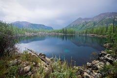 Bello paesaggio di estate con un lago dell'alta montagna Natura selvaggia maestosa in Russia, Sayan orientale Fotografia Stock Libera da Diritti