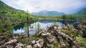 Bello paesaggio di estate con un lago dell'alta montagna Natura selvaggia maestosa in Russia, Sayan orientale Fotografia Stock