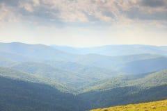 Bello paesaggio di estate delle colline nelle montagne di Bieszczady Fotografia Stock