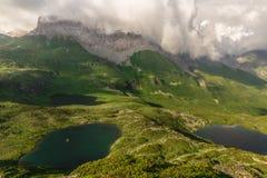 Bello paesaggio di estate Laghi mountain ed alte rocce con la c Fotografie Stock