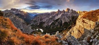 Bello paesaggio di estate nelle montagne con il sole all'alba Immagini Stock Libere da Diritti
