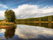 Bello paesaggio di estate su un lago Fotografie Stock