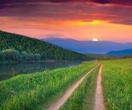 Bello paesaggio di estate sul fiume della montagna. fotografia stock