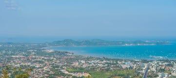 Bello paesaggio di GRANDE di panorama vista dell'angolo alto della baia di Ao Chalong e del mare della città nella provincia di P immagini stock