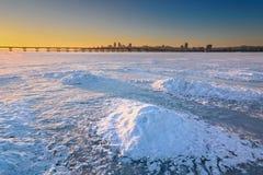 Bello paesaggio di inverno con il cielo congelato II di tramonto e del fiume Fotografie Stock Libere da Diritti