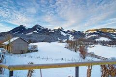 Bello paesaggio di inverno con il paesino di montagna innevato Immagini Stock Libere da Diritti