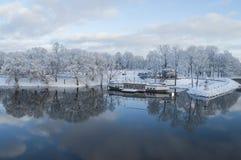 Bello paesaggio di inverno con la riflessione piacevole in acqua del fiume Fotografia Stock