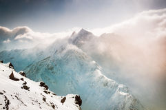 Bello paesaggio di inverno con le montagne innevate fotografia stock libera da diritti