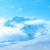 Bello paesaggio di inverno di Dombaj con le nuvole e della discesa per Fotografie Stock
