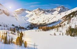Bello paesaggio di inverno, montagne di Altai, Siberia, Russia Fotografia Stock