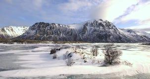 Bello paesaggio di inverno in Norvegia un il giorno soleggiato con il lago e le montagne congelati video d archivio
