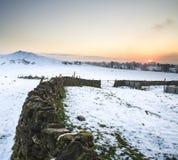Bello paesaggio di inverno sopra la campagna innevata di inverno Immagini Stock