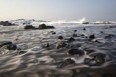 Onda scorrente alla spiaggia Immagine Stock