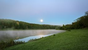 Bello paesaggio di notte, alberi nell'acqua e tramonto sopra il fiume Volga Russia immagini stock