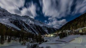 Bello paesaggio di notte della stazione sciistica popolare Solda Sulden Immagine Stock