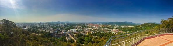 Bello paesaggio di panorama in 180 gradi di vista della città di Phuket Fotografie Stock Libere da Diritti