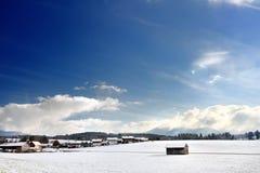 Bello paesaggio di piccoli villaggi in alpi bavaresi nel giorno di inverno soleggiato Immagine Stock Libera da Diritti