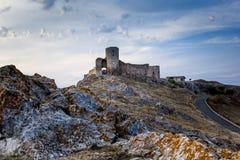 Bello paesaggio di vecchia cittadella della fortezza di Enisala con il cielo nuvoloso e le rocce Fotografia Stock Libera da Diritti