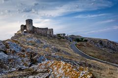 Bello paesaggio di vecchie fortezza/cittadella di Enisala con il cielo nuvoloso e le rocce Immagine Stock