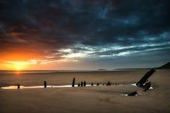Bello paesaggio drammatico di tramonto sopra il naufragio su Rhosilli B Immagine Stock