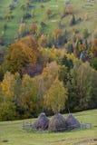 Bello paesaggio e mucchi di fieno della montagna Fotografia Stock