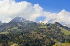 Bello paesaggio in Gruyeres con cielo blu e le nuvole Fotografie Stock Libere da Diritti