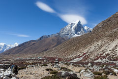 Bello paesaggio himalayano con il picco di montagna Immagine Stock Libera da Diritti