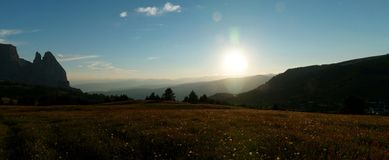 Bello paesaggio idilliaco dell'alpe nel tramonto/dolomia Immagine Stock