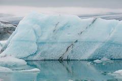 bello paesaggio islandese con l'iceberg e l'acqua fredda di fusione al giorno nuvoloso, Islanda, fotografie stock libere da diritti