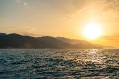 Bello paesaggio ispiratore di alba in mare e le montagne Fotografia Stock Libera da Diritti