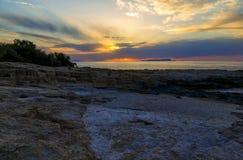 Bello paesaggio marino misterioso al tramonto Scogliera ed oceano vulcanici, iseland greco Creta Immagine Stock Libera da Diritti