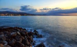 Bello paesaggio marino misterioso al tramonto Scogliera ed oceano vulcanici, iseland greco Creta Fotografia Stock Libera da Diritti