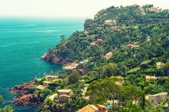 Bello paesaggio mediterraneo, riviera francese, Francia Vinta Immagine Stock