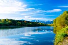 Bello paesaggio, montagna della neve e del lago nel fondo Fotografia Stock Libera da Diritti