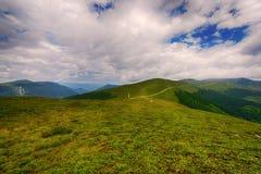 Bello paesaggio nelle montagne con cielo blu Fotografie Stock Libere da Diritti