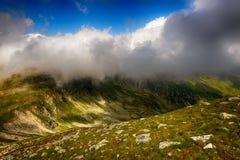 Bello paesaggio nelle montagne con cielo blu Fotografia Stock