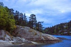 Bello paesaggio norvegese con la costa rocciosa Immagini Stock Libere da Diritti